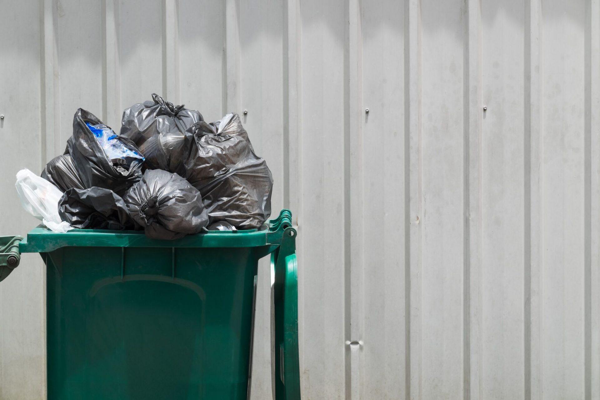Poser med blandet avfall i en kildesorteringsbeholder