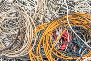 Et eksempel på ee-avfall: Sammenrullede elektriske kabler i en haug.