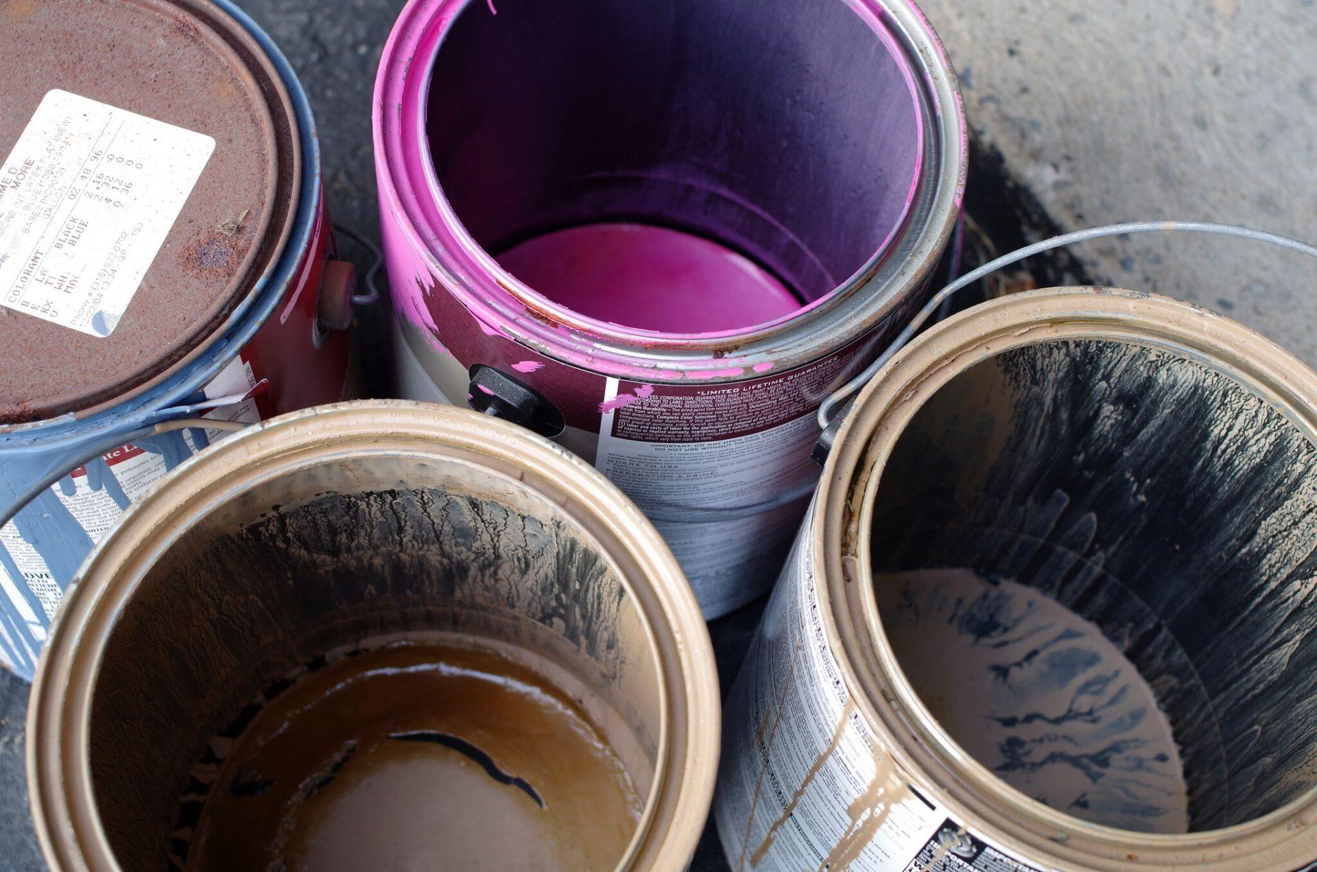 Halvfulle spann med maling