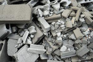 Haug med knust betong i store og små biter. Skal sorteres i kategorien masser.