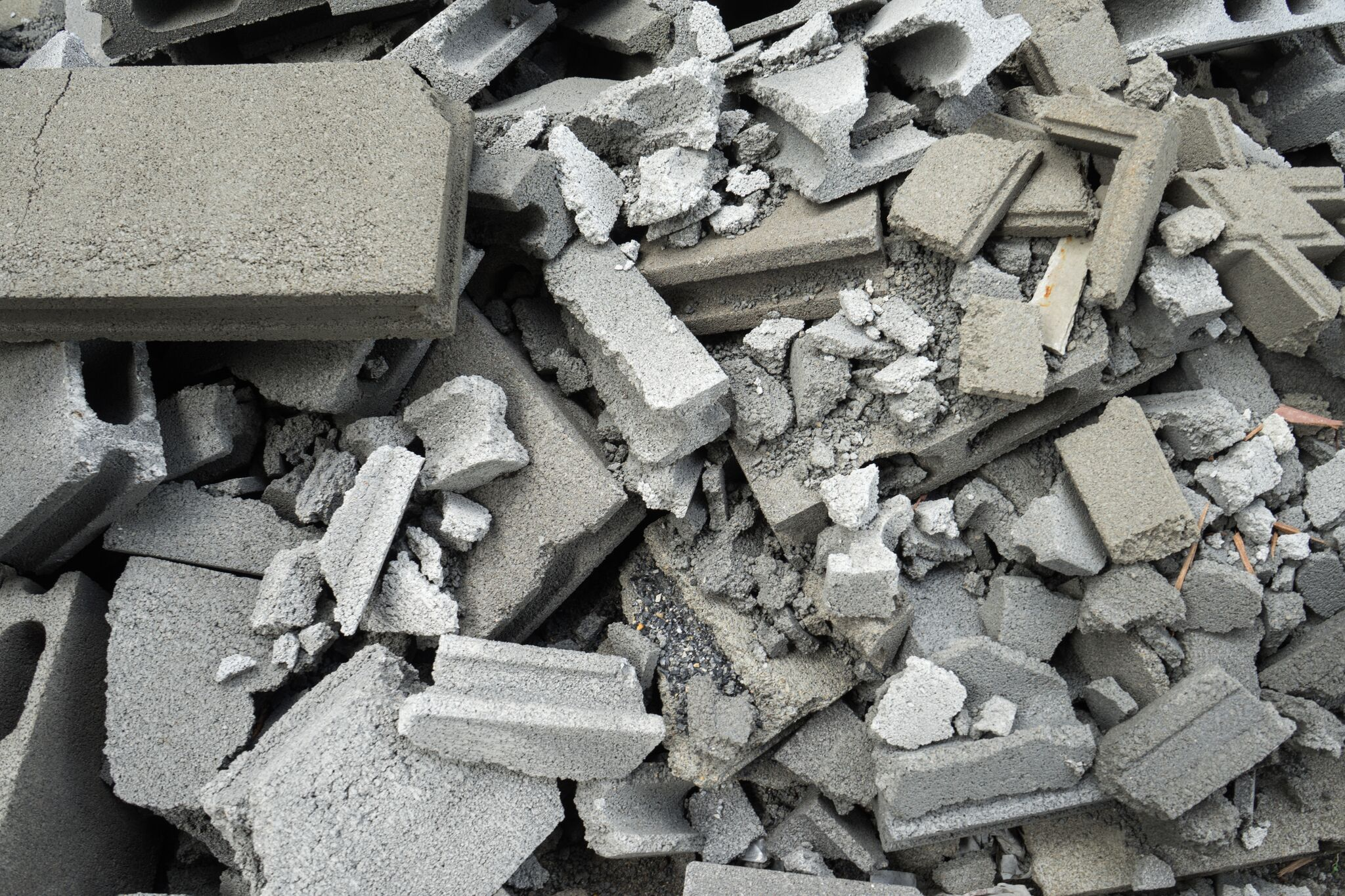 Haug med knust betong i store og små biter