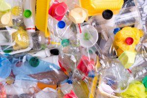 Rene plastflasker og -beholdere i mange farger. Alt kildesorteres som plast.